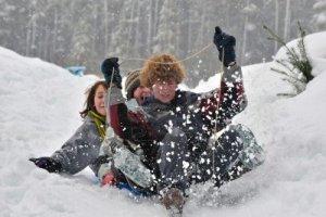 4090806-adolescentes-trineo-en-la-nieve-en-un-plato-invierno-divertido